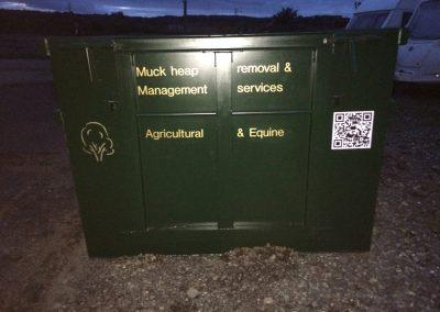 Lockable door on the muck heap container
